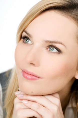 A beautiful woman with a wrinkle-free appearance thanks to BOTOX & Juvederm